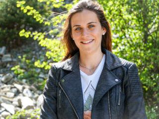 Porträtaufnahme einer jungen Frau in der Natur